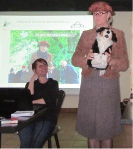 "Christine Schmidt (links) referierte über das ostfriesische Projekt ""Dörfer erzählen Geschichten"". Kriso ten Doornkaat (rechts) als Geschichten erzählende Pastorenfrau Dorette Bloempott."